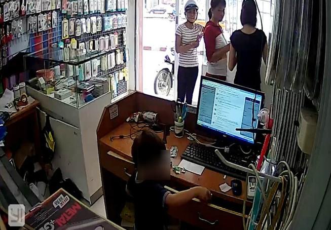 Phẫn nộ clip người phụ nữ chỉ bé trai trộm điện thoại