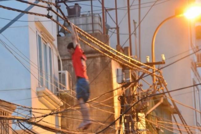 'Người nhện' đu dây điện gây náo loạn tại Hà Nội