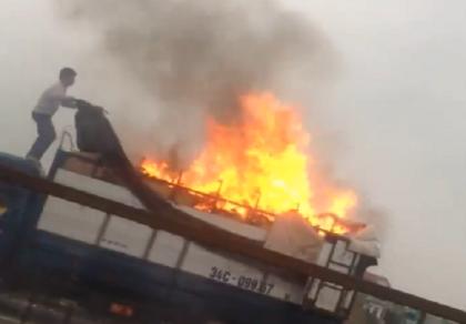Xe tải chở giày dép bốc cháy ngùn ngụt trên quốc lộ