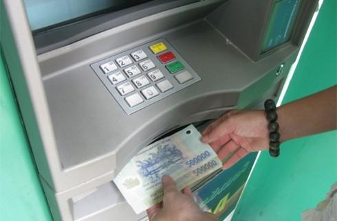 Mang hàng trăm thẻ giả từ Trung Quốc vào Việt Nam rút tiền