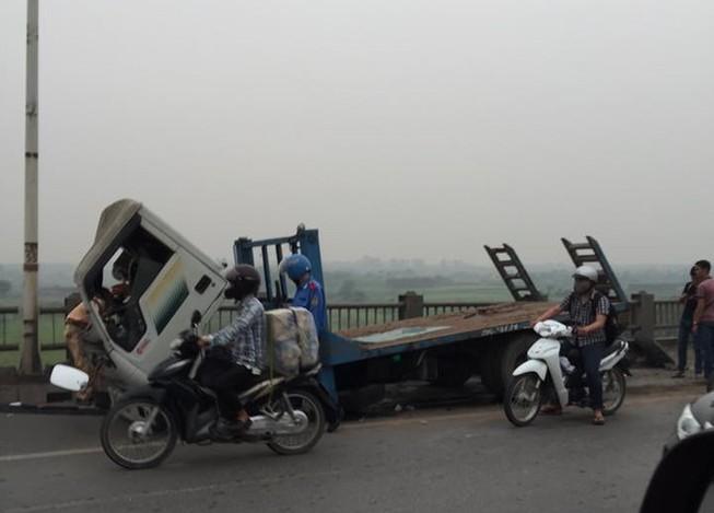 Xe tải húc văng hơn 20 m lan can cầu Vĩnh Tuy, kẹt xe hàng giờ