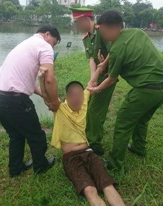Nam thanh niên nhảy xuống hồ Gươm vì tưởng mình là cá
