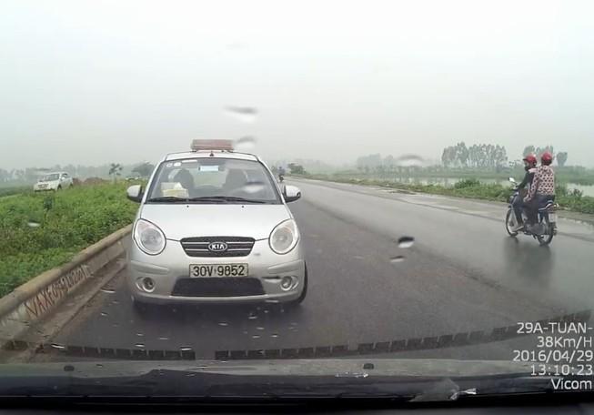 Taxi 'ngông nghênh' chạy ngược chiều, suýt gây ra tai nạn