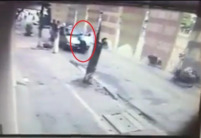 Cán bộ thanh tra giao thông bị hất lên nắp capo