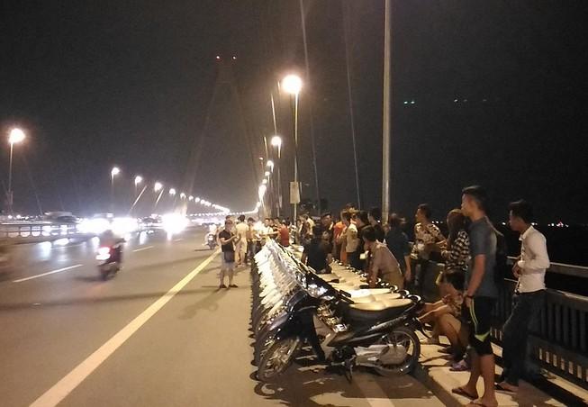 Mở 'triển lãm' xe máy trên cầu Nhật Tân để... chụp ảnh