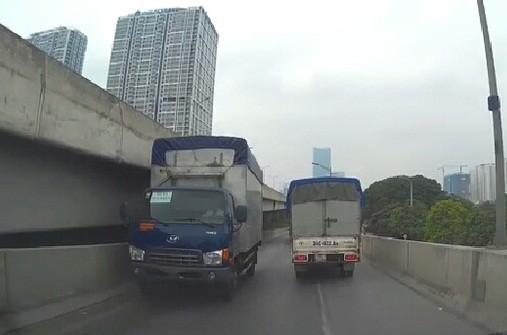 """Công an vào cuộc vụ xe tải """"ngông nghênh"""" chạy ngược chiều"""