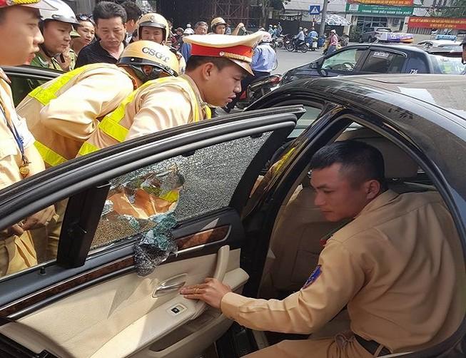 Tài xế xe BMW cảm ơn CSGT đập cửa kính giải cứu
