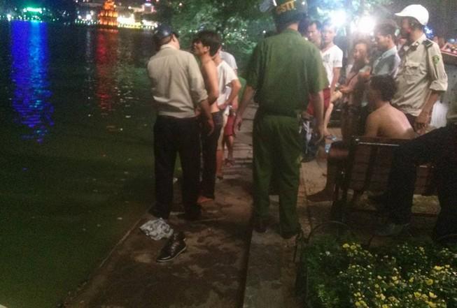 Ba thanh niên thi bơi ở Hồ Gươm và cái kết bất ngờ