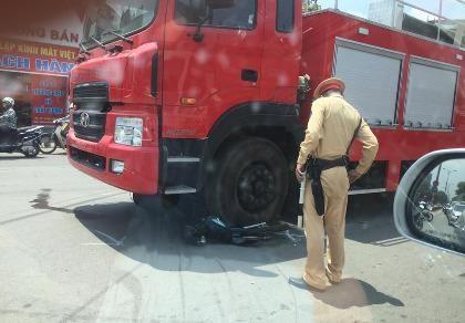 Xe máy nát bét dưới bánh xe cứu hỏa