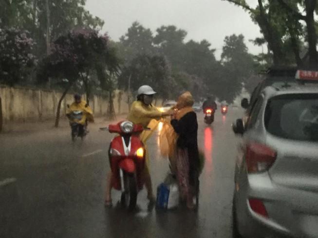 'Phát sốt' với cô gái dừng xe giữa trời mưa lớn mặc áo mưa cho cụ già
