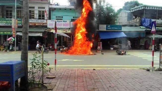 Xe máy bốc cháy ngùn ngụt vì dựng cạnh... hàng cháo