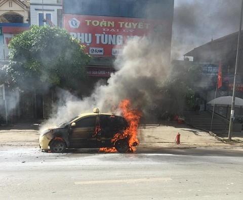Ô tô đang chạy, bất ngờ bốc cháy trơ khung
