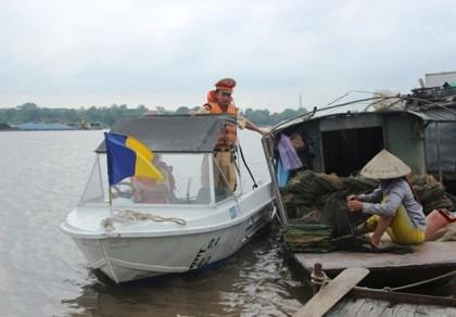 Truy bắt 'cát tặc' trên sông, một CSGT hy sinh