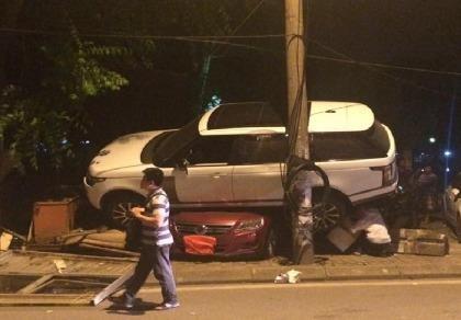 Xế hộp bạc tỉ tông sập bốt bảo vệ, nằm gọn trên nóc 2 ô tô