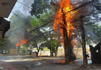 Hà Nội: Cột điện bất ngờ bốc cháy ngùn ngụt giữa trời nắng gắt