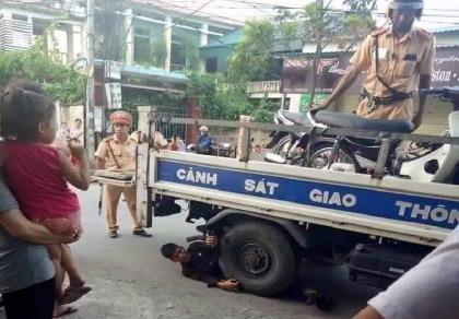 Ôm bánh xe CSGT 'ăn vạ', một thanh niên bị phạt 6,5 triệu đồng