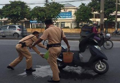 Xe bốc cháy khiến đôi vợ chồng già hoảng hốt vứt xe