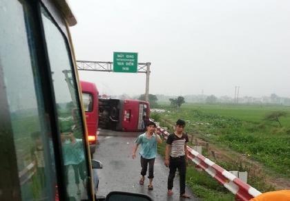 Lật xe khách trên cao tốc, 2 người chết, 9 người bị thương