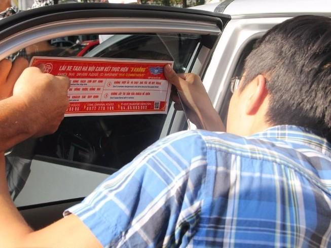 Hà Nội dán đề can cho 19.500 taxi để tuyên truyền luật