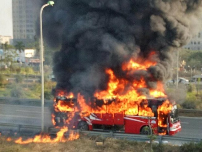 Xe khách cháy trơ khung trên đại lộ Thăng Long