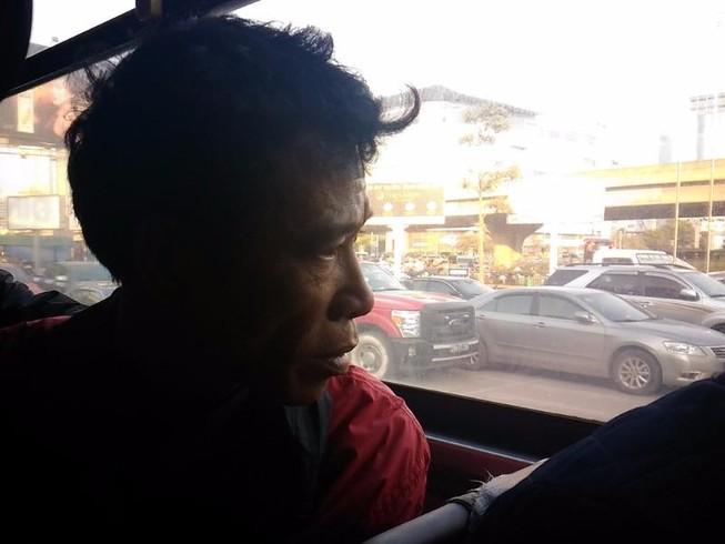 Người đàn ông khóc vì bị 'bỏ rơi' ở Bến xe Mỹ Đình