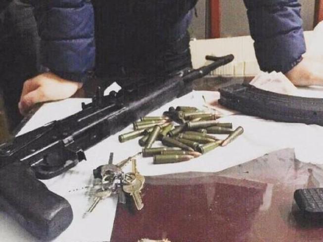 Cảnh sát bắt kẻ vận chuyển súng AK cùng 29 viên đạn