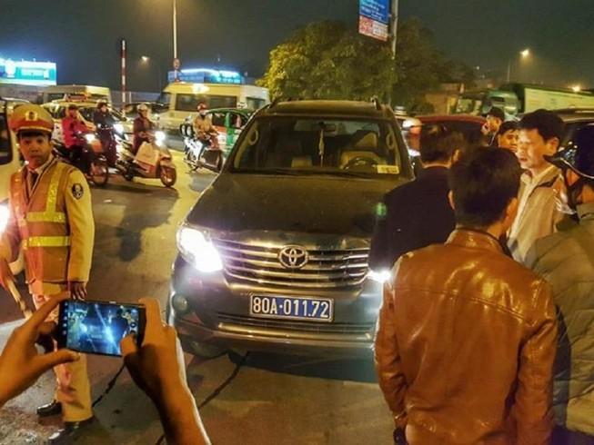 Lái xe biển xanh không tuân thủ hiệu lệnh, dọa cảnh sát
