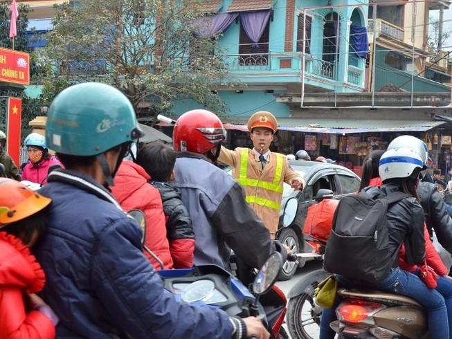 """Cảnh sát tung quân xử lý """"cò"""" ở chùa Hương"""