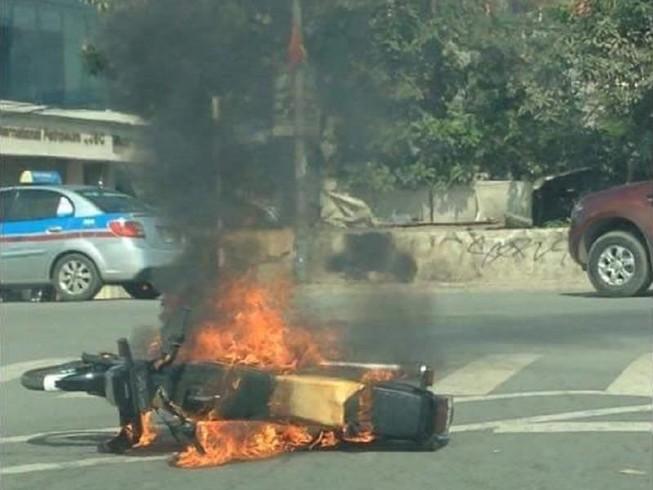 Xe máy cháy ngùn ngụt, tài xế thoát chết trong gang tấc