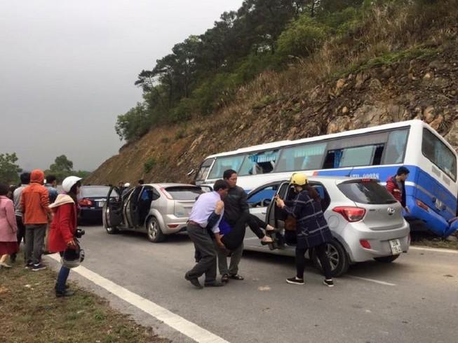 Xe khách đâm vào vách núi, 1 người chết, 41 bị thương