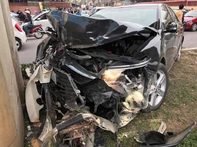 Ô tô Camry tông hàng loạt xe máy trên phố