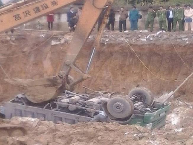 Xe tải rơi xuống công trường, tài xế tử vong tại chỗ