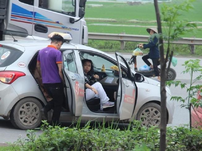Xử phạt xe điện, khách nháo nhào bắt taxi