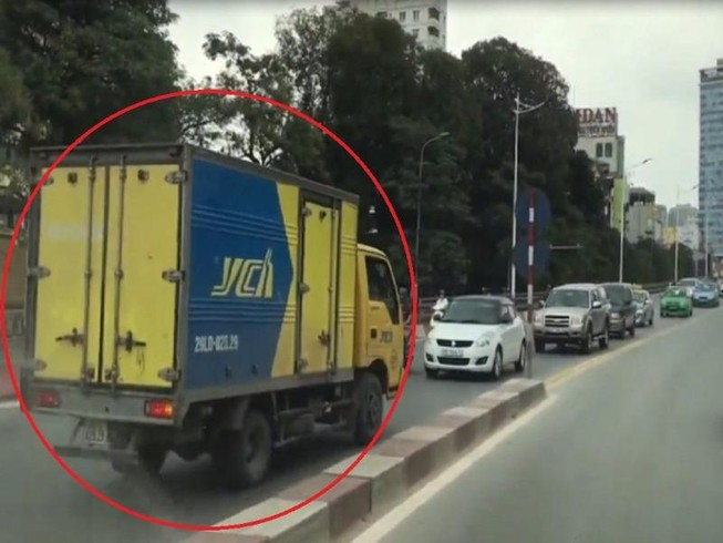 Xe tải hiên ngang đi ngược chiều trên cầu vượt