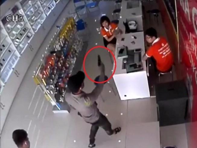 Nghi án bịt mặt, dùng súng để cướp cửa hàng điện thoại