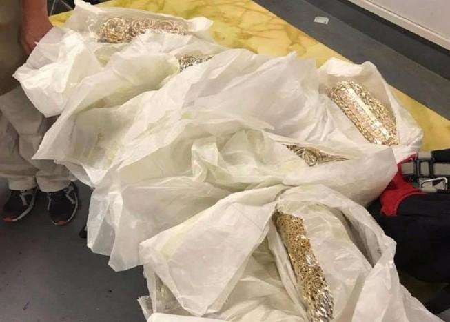 5 người quấn 30 kg vàng quanh bụng tại sân bay Nội Bài