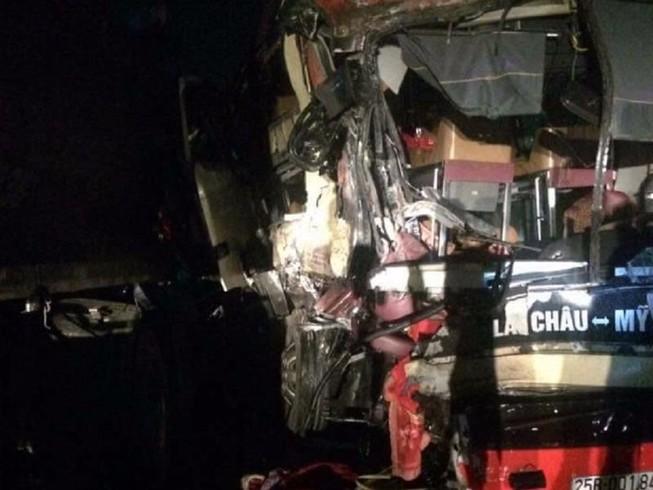 Xe giường nằm tông trực diện xe tải, 8 người nhập viện