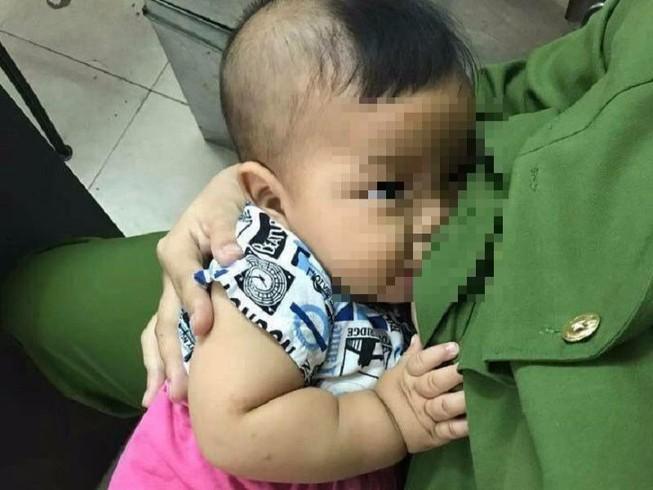 Bé trai bị bỏ rơi, được nữ cảnh sát cho bú 'cứu đói'