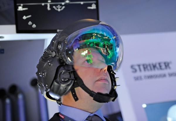 Có gì trong mũ bay của phi công F-35 Lightning II giá gần 9 tỷ VNĐ