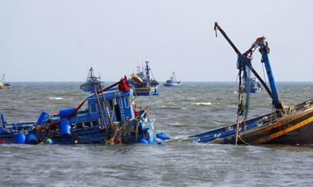 Va tàu chở 100 khách, tàu cá chìm ở cửa biển Phan Thiết