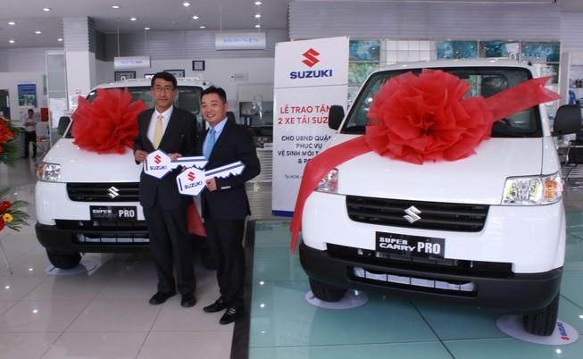 Suzuki tặng 2 xe tải phục vụ vệ sinh môi trường và chữa cháy