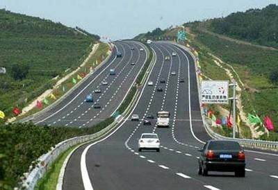 Lái xe trên đường cao tốc: Đừng thấy đường vắng mà nhấn mạnh chân ga
