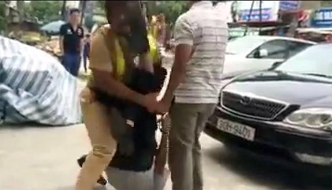 Hà Nội: Cảnh sát giao thông bị giật tung áo, rớt súng xuống đường