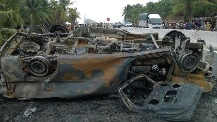Xe cấp cứu va chạm xe máy, 2 người chết, 4 người bị thương nặng