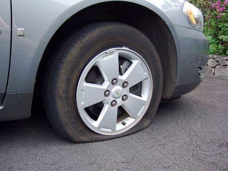 Nổ lốp xe và kinh nghiệm xử lý