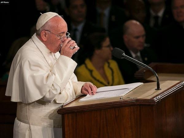Nghị sĩ Mỹ lấy trộm ly nước thừa của Giáo hoàng