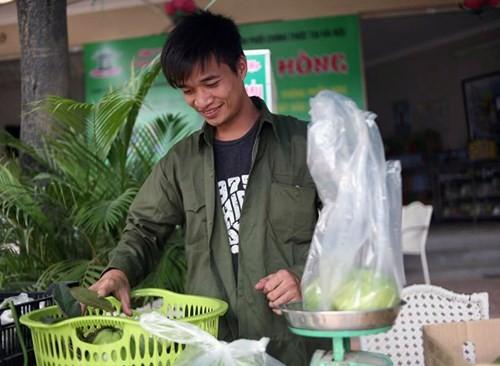 Lệ Rơi bán ổi ở Hà Nội sau những ngày rơi lệ ở showbiz