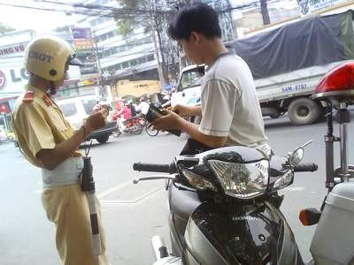 Mua xe máy chưa sang tên, bị công an bắt, xử lý thế nào?