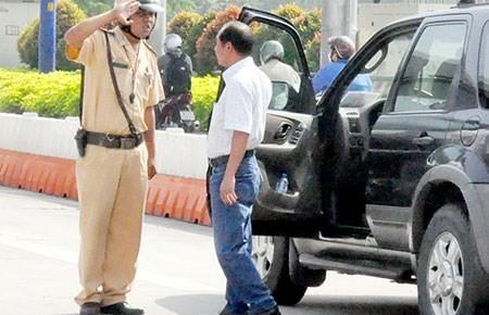 Đang chờ lấy bằng lái mà tham gia giao thông có bị xử phạt?