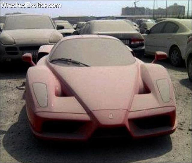 Cảnh sát không thể bán chiếc Ferrari Enzo phủ bụi nổi tiếng